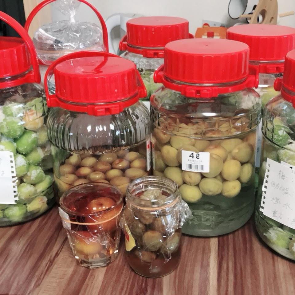 左から2キロの梅を漬けている瓶、梅酒を漬けている瓶が2つ、2キロの梅を漬けている瓶です。