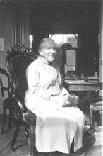 Photo: Marthe Nicolette van de Kamer-Veltmaat (1841-1940), mijn overgrootmoeder. Vanwege haar kleine gestalte werd ze wel liefdevol 'de muis' genoemd. Waarschijnlijk gefotografeerd thuis in Middelburg. Zelf is zij geboren in Haarlem. (Collectie Ard Hesselink).