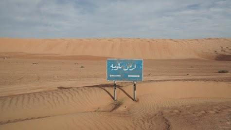 Wegweiser in der Wüste Wahiba