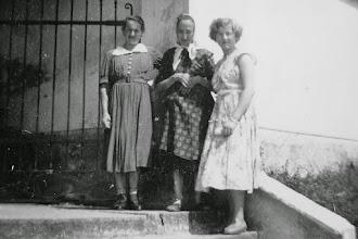 Photo: Mutter, Großmutter und Marianne am Friedhofstor