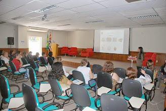 Photo: A nutricionista Patrícia orienta participantes sobre a alimentação saudável