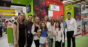 Una familia disfruta en la pasada edición de Expolevante frente al stand de Biosabor.