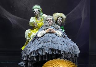 """Photo: WIEN/ Burgtheater: """"Der eingebildete Kranke"""" von Jean Baptist Moliere, Premiere 5.12.2015. Inszenierung: Herbert Fritsch. Marie Luise Stockinger, Hermann Scheidleder, Markus Mayer. Copyright: Barbara Zeininger"""