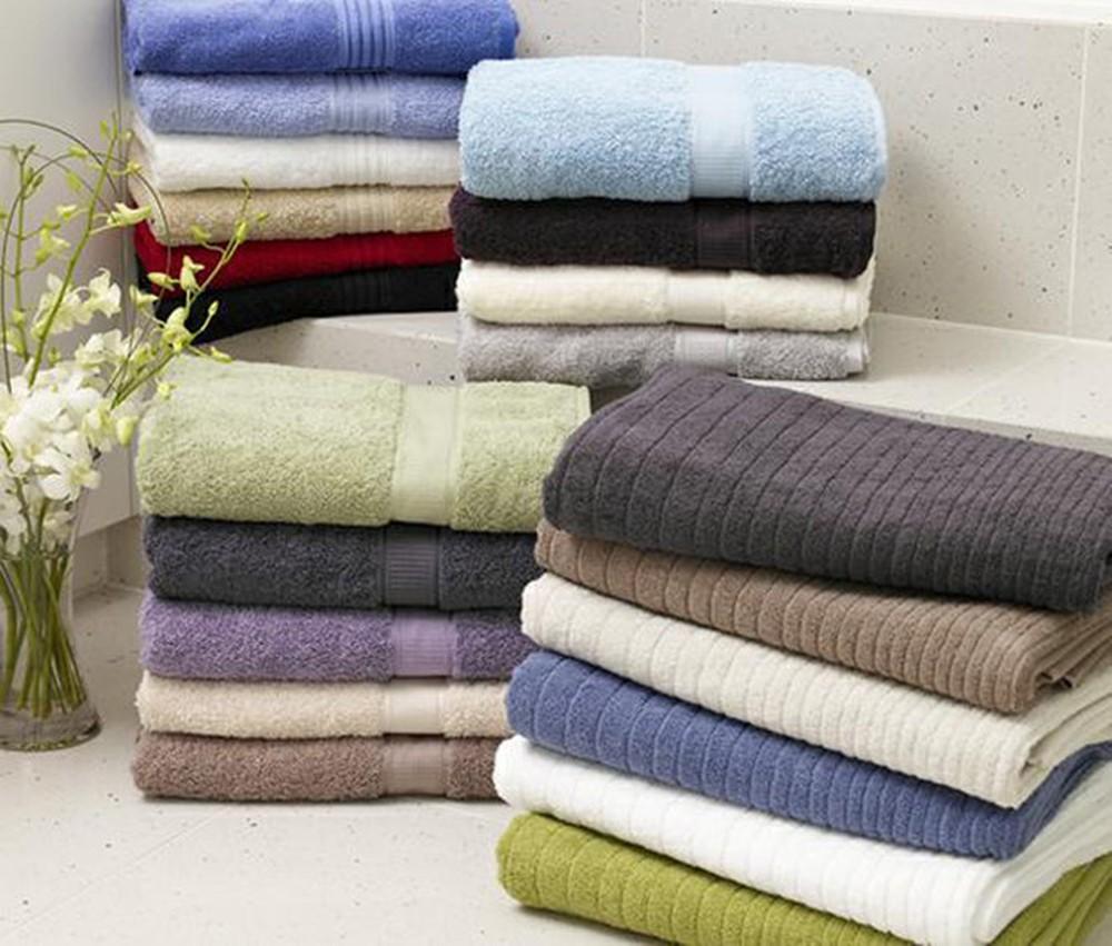 Mang khăn tắm để để giữ ấm cơ thể sau khi tắm