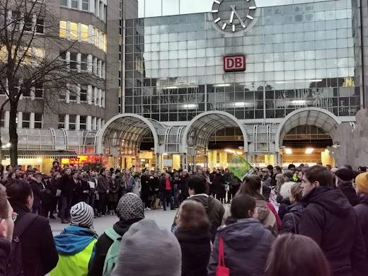 Demo am Hauptbahnhof.