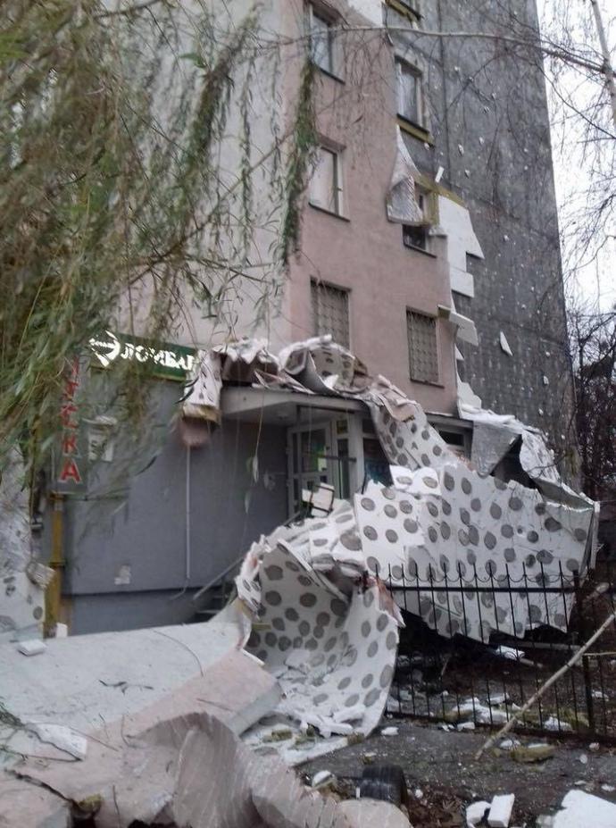 Утепленный фасад на ул.  Зодчих в Киеве обвалился из-за неправильного монтажа