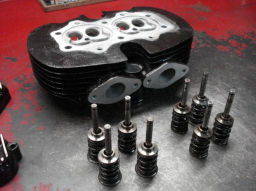 Le haut moteur d'une triton Rickmann préparée par Machines et Moteurs, spécialiste de la préparation et de la rénovation de motos anglaises classiques