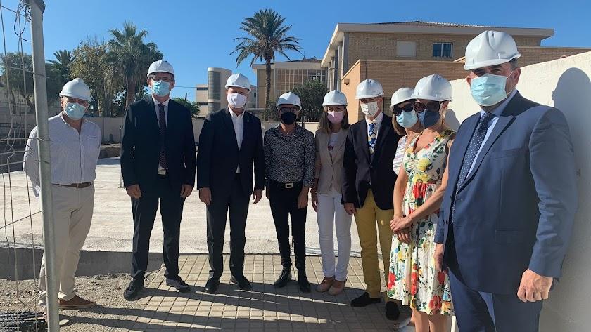 El Consejero de Educación de la Junta, Javier Imbroda, junto al alcalde de Adra y el resto de responsables institucionales en la visita a las obras.