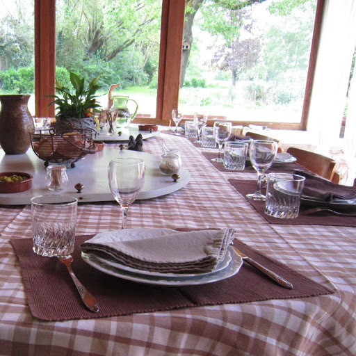 outdoor-table-dressing-for-guest-dinners-at-hotel-and-inn-le-clos-de-la-garenne-17700-puyravault-in-poitou-charentes