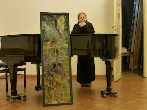 Photo: Charlotte Pohl vor ihrem neuesten Werk (Novemver 2013 7/ Villa Werheimstein)