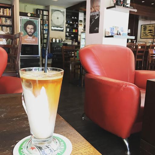 空間大咖啡不錯但很小杯,有免費無線網路加分
