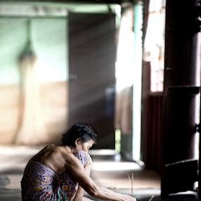 Great patience by Siew Jun Han - People Street & Candids ( old, woman, people, rays, portrait, human )