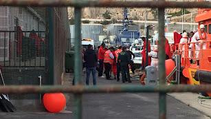 Recepción de los ocupantes de una patera en el Puerto de Almería