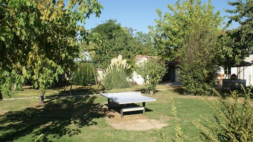 La Fermette gîte 3 étoiles à Surgères près de La Rochelle le jardin en été avec table de ping-pong et balançoire