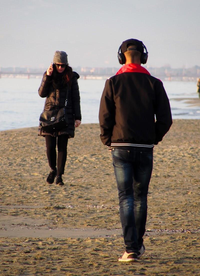 Passeggiata sulla spiaggia di Giorgio Lucca