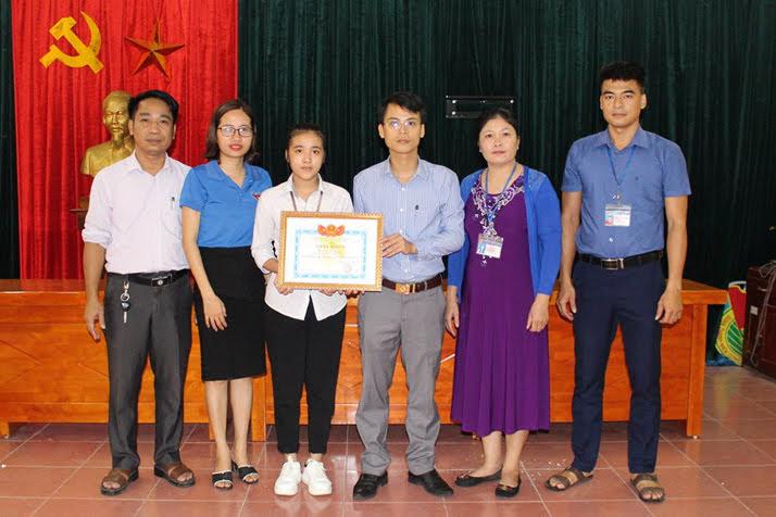 Huyện đoàn Anh Sơn tặng Giấy khen cho nữ sinh Lê Thị Hoa vì đã có hành động nhặt được của rơi trả người đánh mất