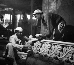 Photo: O Hotel Quitandinha foi construído de 1941 a 1944, quando foi inaugurado. Nesta fotos, vemos ainda a construção do prédio. Ornamentação dos balaustres. Foto da década de 40