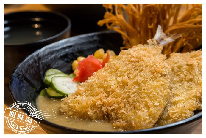 拉瑪右手泰式咖哩丼綠咖哩竹筴魚丼