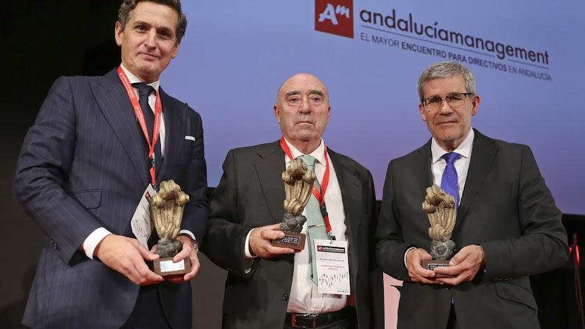 Pedro Caparrós recogió el premio. Junto a él los otros dos premiados