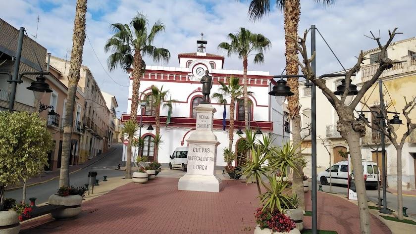 Balcón del Ayuntamiento cuevano decorado para la ocasión.