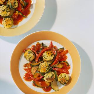 Paprika-Zucchini-Pfanne mit gebratenen Mini-Knödel
