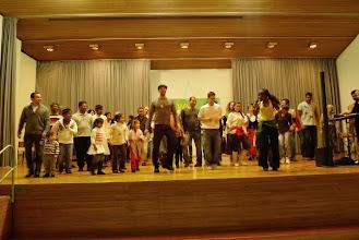 Photo: Jung und Alt vereint bei rhytmischem Tanz