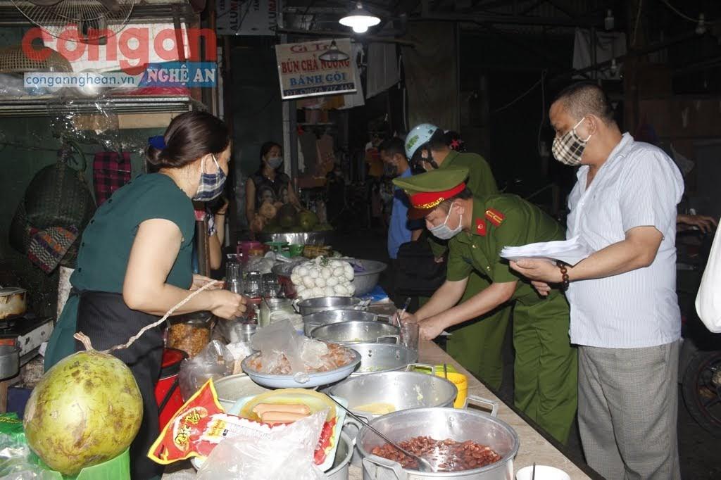 Công an phường Bến Thủy, TP Vinh tuyên truyền, nhắc nhở, tổ chức người dân ký cam kết chấp hành nghiêm Chỉ thị 15 của Thủ tướng Chính phủ