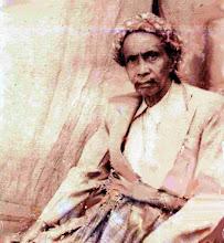 Photo: H.Abdul Madjid Daeng Sirua,, Pabbicara (Tomarilaleng) Arung Leppangang, Sawitto  (1915 - 1932) Petta Sengngeng (pr) yang sudah uzur yang juga adalah cucu menantunya.  Pada tahun 1947-1952 diangkat menjadi Arung Rajang (1947-1952) menggantikan Massappaile. Dalam pembangunan pertama Jembatan Lasape, Sungai Saddang, tahun 1928, beliau pengawas pekerja pembangunan jembatan Lasape. Diantara mandor pekerja jembatan adalah dua bersaudara yaitu Mallari dan  Tabbulu, asal Bungi-Batulappa. Tahun 1932 beliau kembali ke Kampung Bungi dan menetap di Kampung Karamae (Bujung-batu), Maroneng. Abdul Madjid Daeng Sirua lahir 1850 di Pulau Kulambing (Pangkajenne dan Kepulauan), wafat 11 Januari 1961 di Bungi-Batulappa, Pinrang. Foto 1954. http://nurkasim49.blogspot.com/2011/12/iii.html