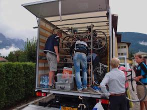 Photo: Zondagavond: de fietsen worden weer ingeladen.