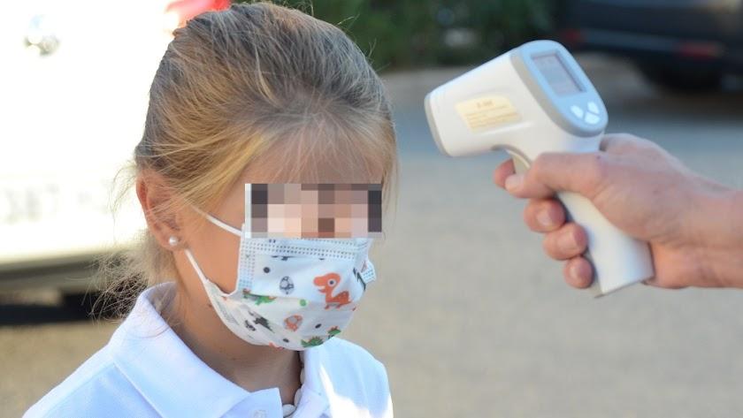 Imagen compartida por SEK Alborán de la toma de temperatura a menores.