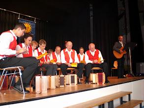 Photo: Kirchenliedbegleitung mit Gitarre durch Pfarrer Enz