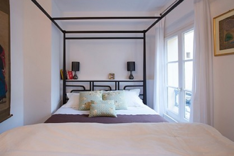 King sized bedroom at 2 Bedroom Apartment in Marais Charlot