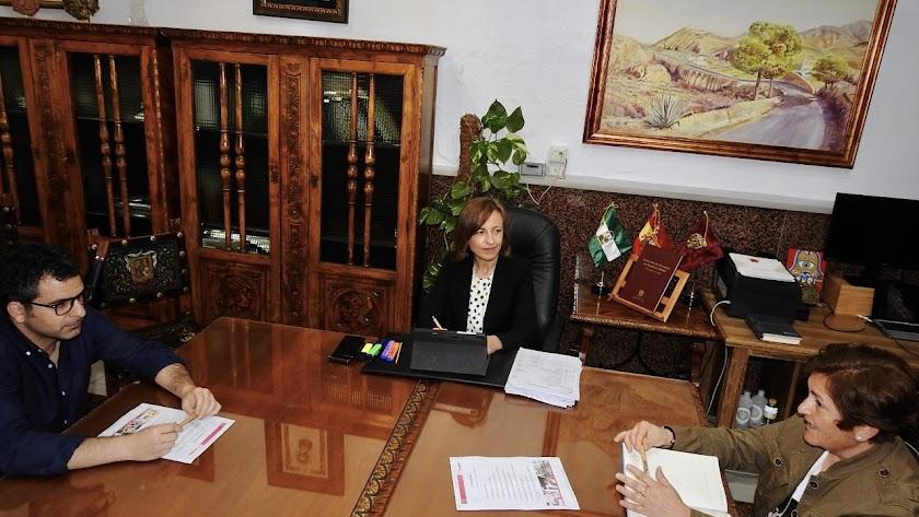La alcaldesa de Huércal-Overa, junto a miembros del equipo de Gobierno.