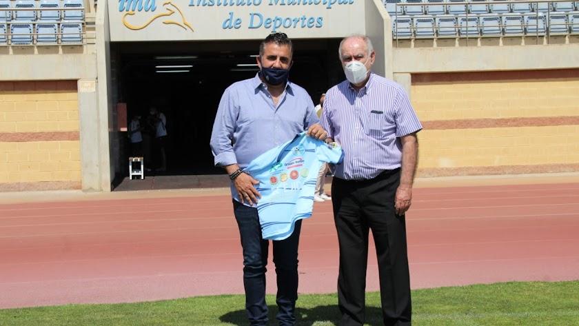 Alejandro Bouza con el presidente del fútbol almeriense, Martín Doblado.
