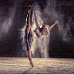 danseres met een been omhoof in nevelige ruimte