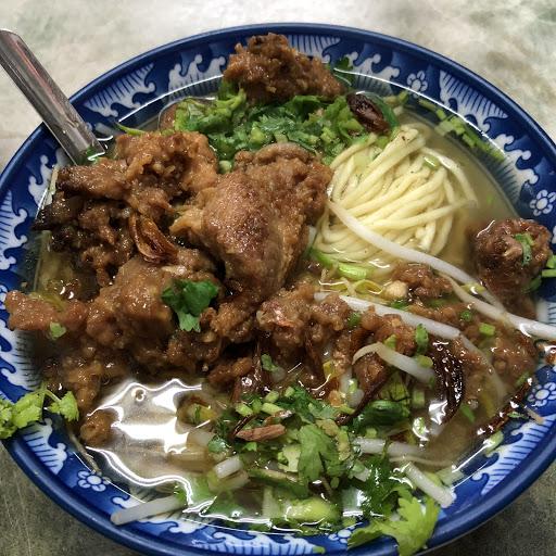 肉跟麵量很多。排骨肉入口即化,湯頭入味。可惜沒有什麼青菜的選擇