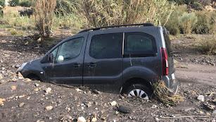 Imagen de los Bomberos del Levante del coche que quedó atrapado en Carboneras.