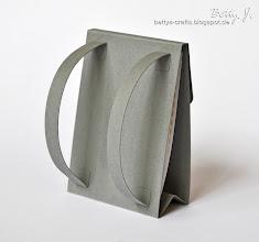 Photo: http://bettys-crafts.blogspot.com/2013/09/rucksack-tischkartchen.html