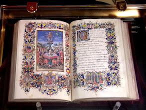 Photo: 012 Käsinmaalauttu kirja luostarin kirjastosta