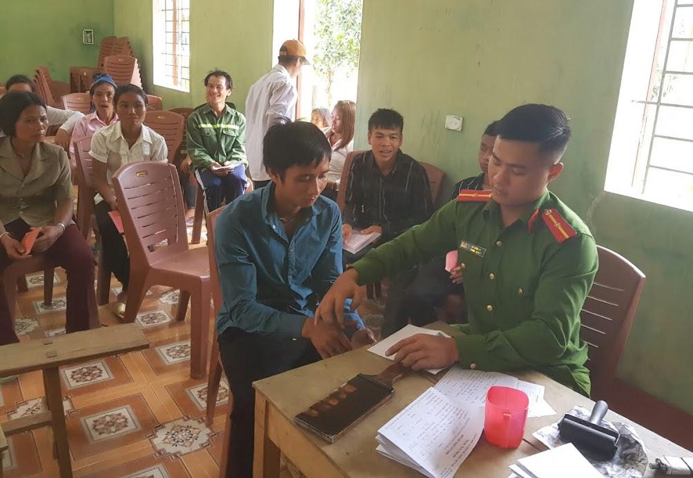 Cán bộ Công an huyện Con Cuông đến tận bản làm thủ tục cấp phát CMND cho người dân