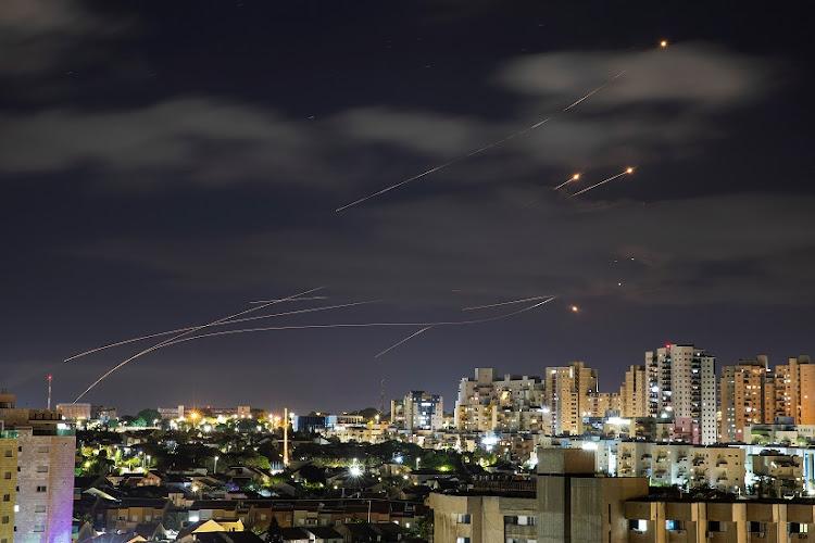 光线被视为以色列的铁圆顶反导弹系统拦截从加沙地带向以色列推出的火箭,从阿什克隆,以色列于5月17日,以色列7月17日看。