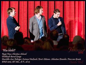 """Photo: 2012 startet """"Was bleibt"""" in den deutschen Kinos. Regie führte Hans-Christian Schmid. Schauspieler sind u.a.: Lars Eidinger, Ernst Stötzner sowie Corinna Harfouch."""