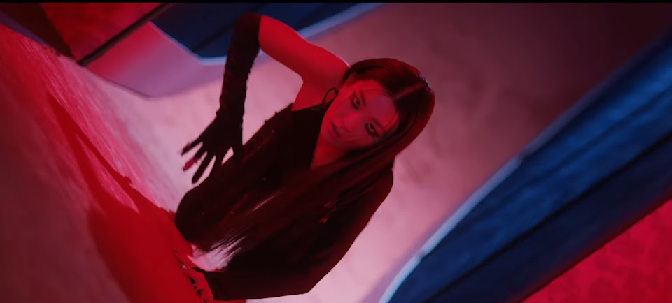 Red Velvet - IRENE & SEULGI 'Monster' MV 0-11 screenshot