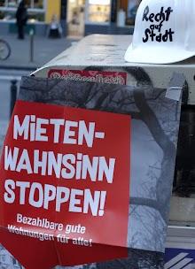 Abgelegter Schutzhelm «Recht auf Stadt», darunter Plakat «Mieten-Wahnsinn stoppen! Bezahlbare gute Wohnungen für alle!».