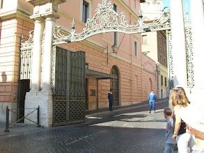Photo: 35e dag, woensdag 19 augustus 2009 Prima Porta Rome Temp. max.: 38 graden, Wind: - Bft. Windrichting: -. Weerbeeld: zon, warm. Dagafstand 45 Totaal gereden 2293 km. Ingang van het Vaticaan.