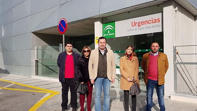 El portavoz del PSOE en el Ayuntamiento de Olula del Río, junto a otros concejales y vecinos.
