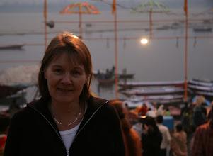 Photo: Ilta tummuu Ganges-joella