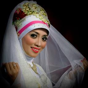 Hello . . . everybody . . . by Abdul Firdausy - Wedding Bride