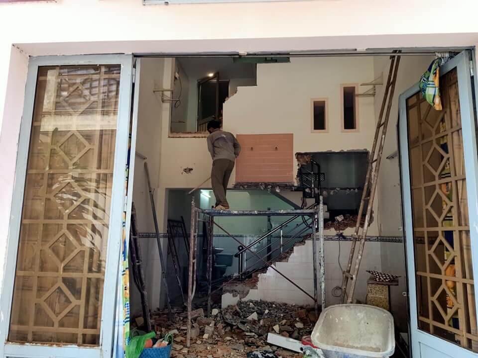 Chúng tôi cố gắng sửa chữa ngôi nhà trong thời gian sớm nhất