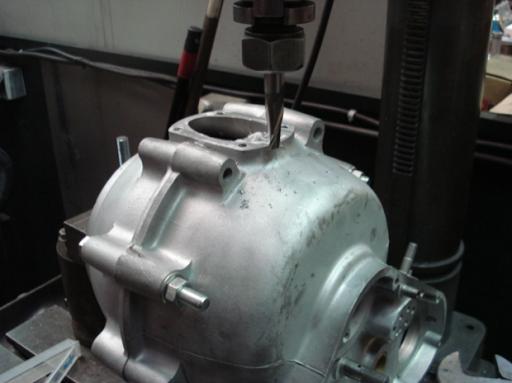 Rectification du carter moteur d'un moteur Triumph  Rickmann monté par machines et Moteurs dans un cadre Norton